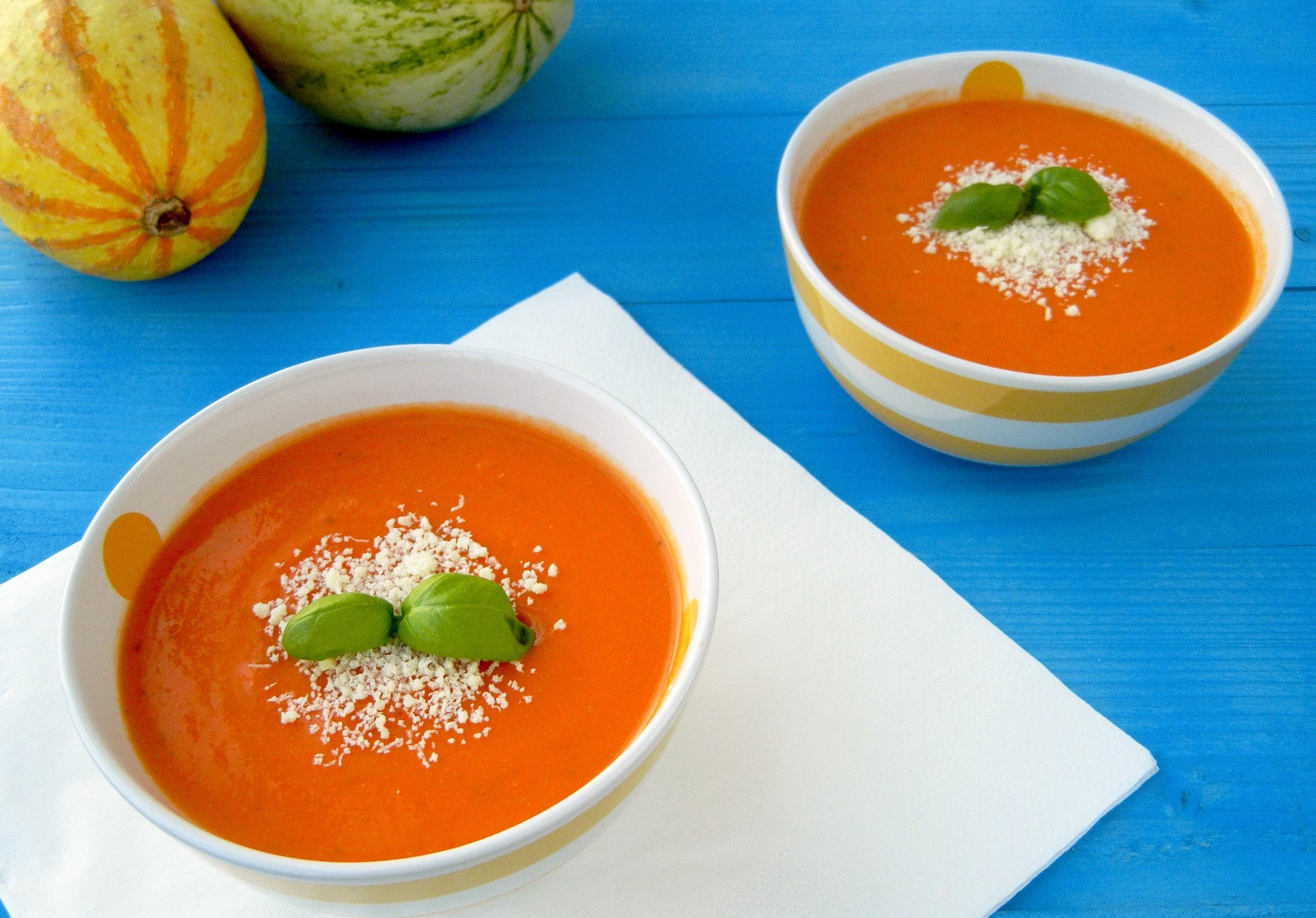 Karfiolová polievka s paradajkami a bazalkou