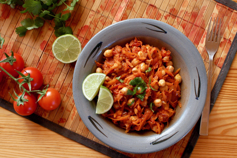 Teplý cícerový šalát s mrkvou a paradajkami