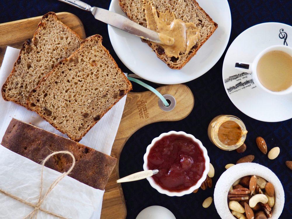 Sladký kváskový chlieb so škoricou a hrozienkami