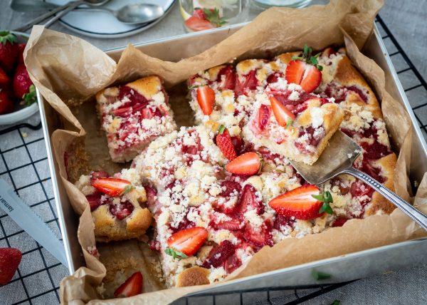 koláč s jahodami, rebarborou a posýpkou