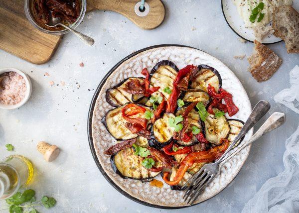 šalát, paprika, baklažán, olivový olej