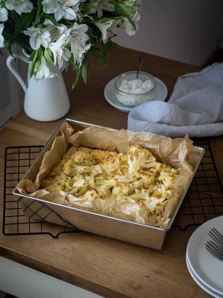 karfiol, pekáč, stôl, kvety, večera